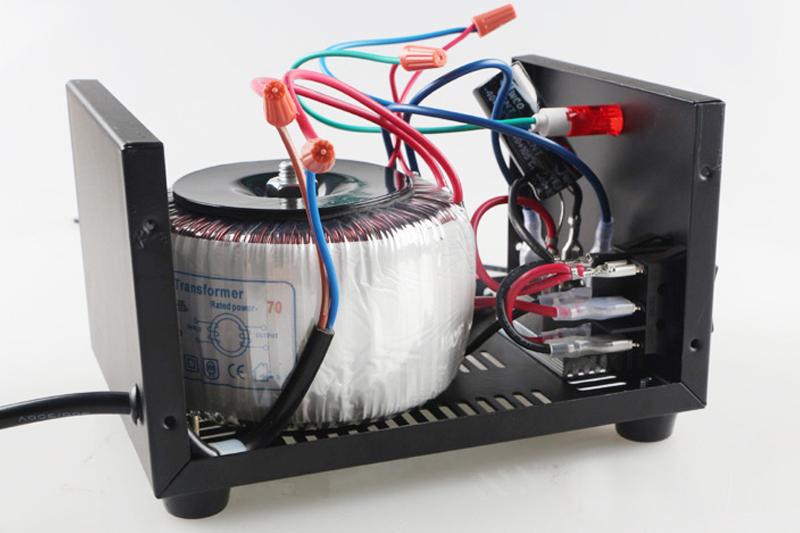 输入输出都是交流, 要求输出直流电压的话需要借助整流桥整流.